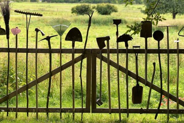 20884601-ogrodzenie-z-narzedzi-ogrodniczych